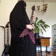 Muçulmana vira guitarrista de banda de heavy metal em São Paulo