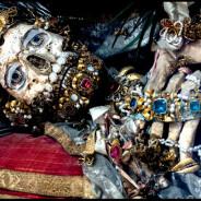 Historiador fotografa ossadas centenárias de santos repletas de joias